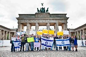 Solidarität vor dem Brandenburger Tor (Foto: Mike Delberg)